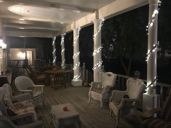 Peterson, Μινεσότα: Enjoy the tranquility enriched by crickets - evening at Andor Wenneson Historic Inn Porch