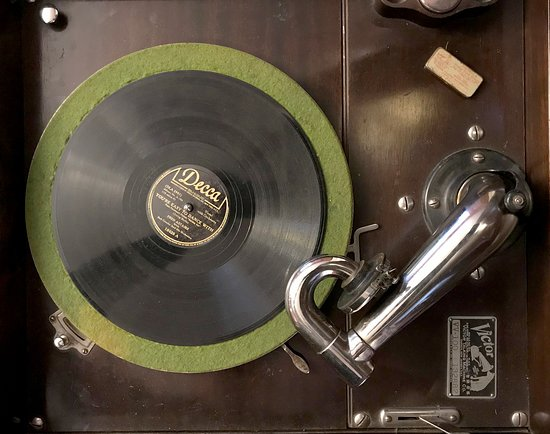Peterson, Μινεσότα: Irresistible Temptation - Wind up the Victrola and watch your legs swing to the fascinating rhyt
