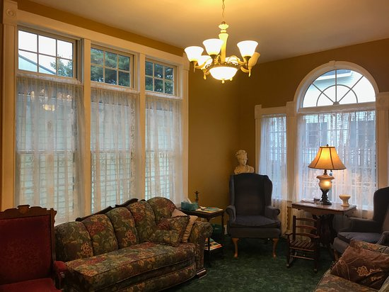 """Peterson, Μινεσότα: Rain or shine, the light in this """"Parlor"""" Room is a dream to read, play or just simply relax."""