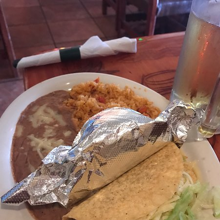 Greenbrier, Теннесси: Taco Tuesday lunch with chimichanga w grilled chicken and salsa verde.