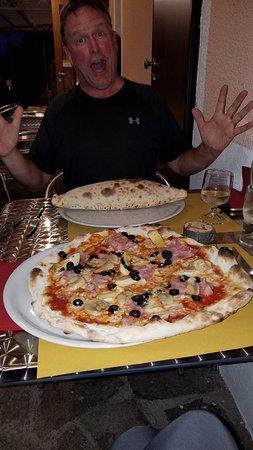 St. Christophe, Italy: Pizza quatro stagioni e calzone