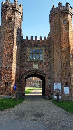 Lullingstone Castle & The World Garden: Entrance gate