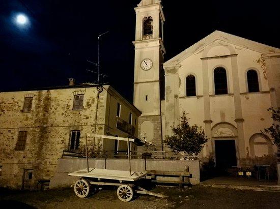 Farini, Italy: la piazzetta di Mareto con un carro in legno