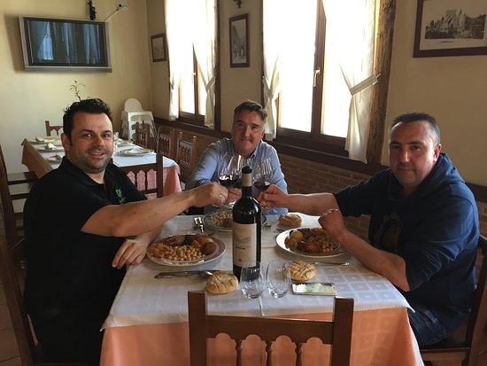 Villaverde de Íscar, España: Comiendo Cocido Castellano, con grandes Amigos.