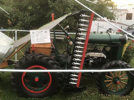 Güttingen, Ελβετία: ein sehr alter Traktor ist im Garten ausgestellt