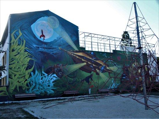 Montreuil, Francia: La fresque sur le bâtiment