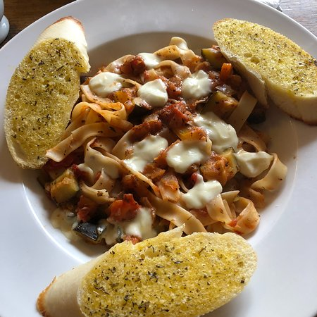 East Bergholt, UK: Mediterranean Tagliatelle with Garlic Bread