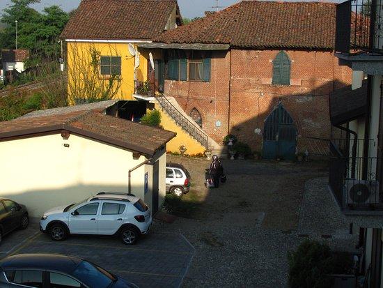 Gropello Cairoli, Italy: die Garage im anderen Gebäude