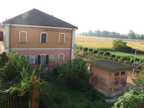 Gropello Cairoli, Italia: Aussicht zum Bahnhof