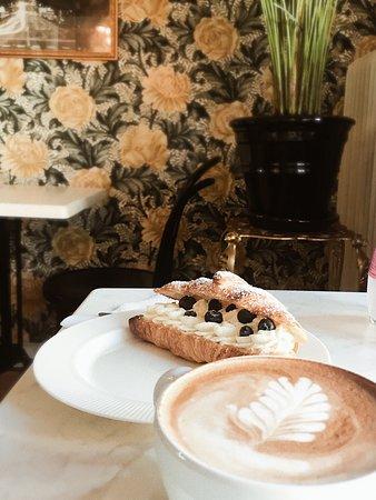 C'est Bon Cafe & Blommor