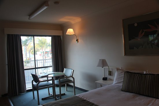 The Palms Motel Dubbo: Bedroom looking towards Mitchell Highway