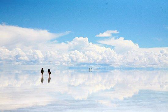 "Bolivya: 玻利維亞,我夢寐以求的天上之國。全國平均海拔三千米以上。在這裡,天空很近,仿佛觸手可及。在這裡,土地很髙,接壤的都是湛藍無垠的藍天。  這個南美洲最窮困的內陸國家,上帝送給她一份全球唯一的大鏡子,大得可以照得下整個宇宙天空, 巨細無遺。東西長約二百五十公里,南北寬約一百公里,面積達10582平方公里。十個香港那麼大,香港到廣州距離為142公里, 那也只是這面鏡子的五成多長度! 當地人叫Salar de  Uyuni烏尤尼鹽沼, 一個毫不性感的名字。還是日本人有想像力, 直接叫Sora no kagami「天空之鏡」!  但登天之路, 自古以來, 都不是容易。  接近五千米的海拔對來自零海拔的香港人來說, 絕對是體能一大挑戰。在西藏尚有氧氣瓶、醫院等, 但貧窮落後過西藏十倍以上的玻利維亞山區 ""百無"", 所以, 我絕對不建議大家等到退休了才來天空之鏡, 這種體力、精神大挑戰的地方, 還是那句 ""趁年輕好起行!""。"