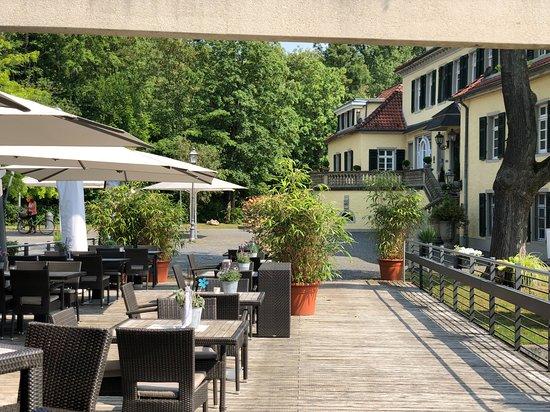 Rösrath, Deutschland: Terrasse mit Blick auf Schloss Eulenbroich