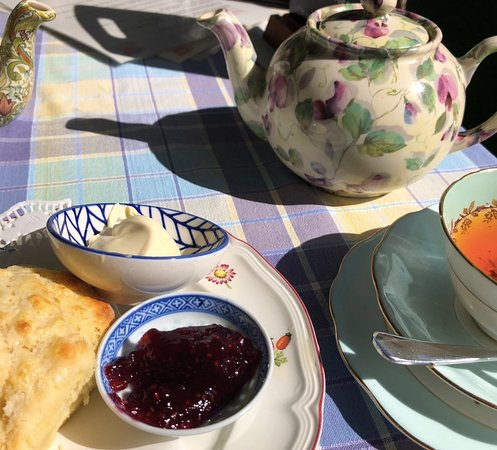 Rainbow Falls Tea House: Tea and scones
