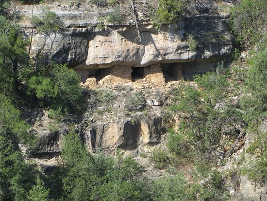 Walnut Canyon National Monument: Zoomed-in view of dwellings.