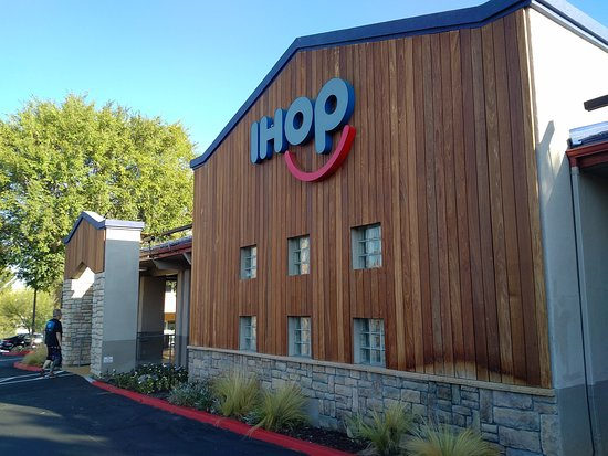 Exterior of IHOP in Stevenson Ranch, CA