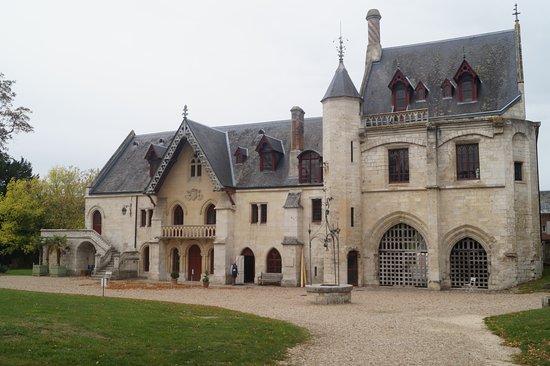 Abbaye de Jumieges: La porterie. Entrée du monastère