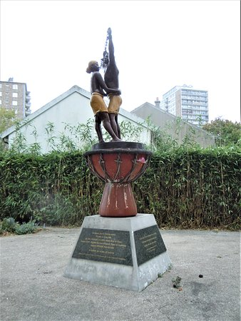 Drancy, France: La sculpture sur son socle