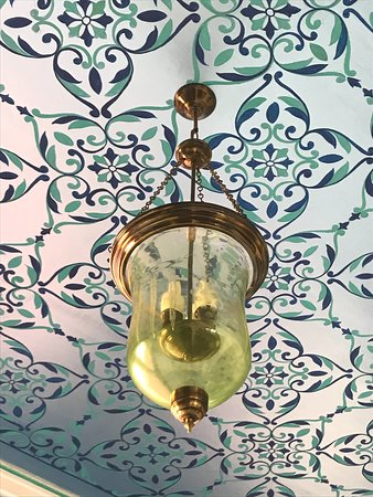 Sardargarh Heritage Hotel: The detail of the ceiling in the dining room