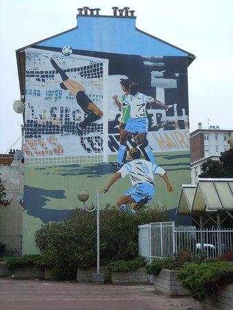 Aubervilliers, France : La fresque sur l'immeuble