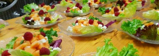 Flaach, Sveits: Melonen-Mozzarellasalat mit Himbeeren und Minze