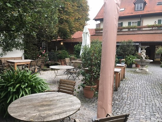 Aying, Niemcy: Wirtsgarten des Gasthofes gegenüber