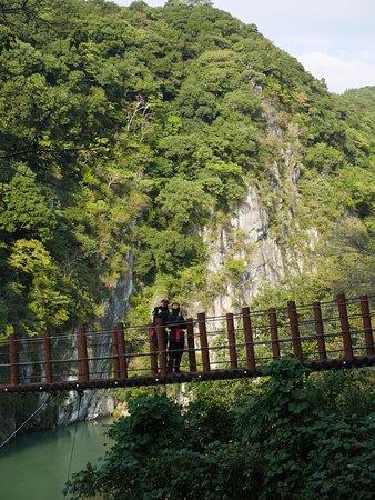 Hikawa-cho, Japan: 立神峡の吊り橋で写真撮影できます。