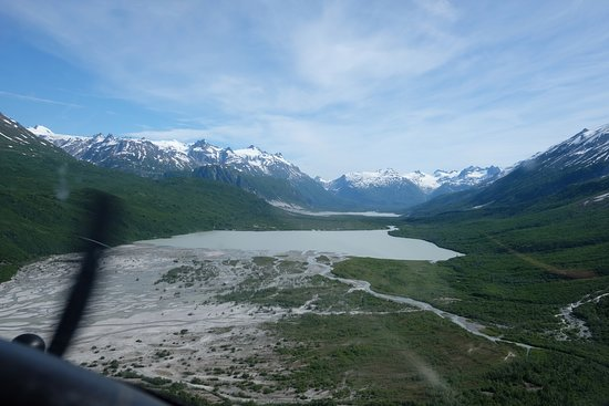 Parco nazionale e Riserva del Lago Clark, AK: Flying into Summit Lake. We hiked the gravel bar on the left to the river head.