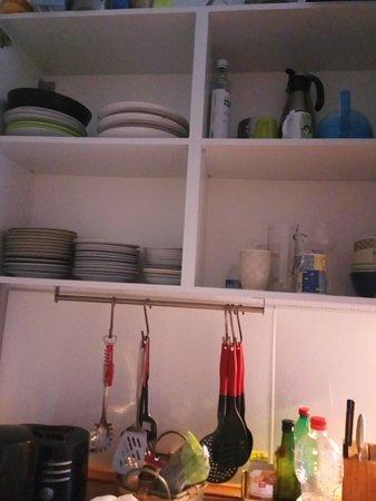 на кухне есть все для приготовления пищи: плита, микроволновка, посудомойка, холодильник, посуда