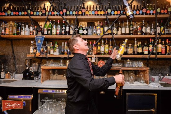 Bioggio, Schweiz: Il giocogliere, spina la birra e crea Cocktails!