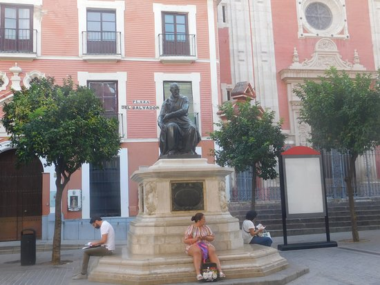 Monumento a Juan Martinez Montanes: The base of the sculpture is obviously a good place to sit down