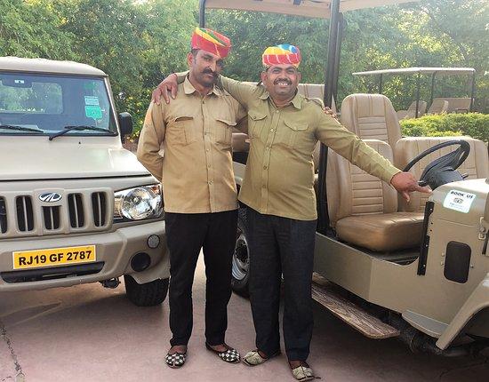 Dechu, Indien: Sand Skilled drivers, associates from Samsara Desert Camp & Resort shows the Trip Advisor logo