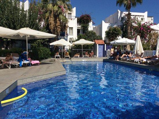 سيرهان هوتل: Hotel Serhan pool area