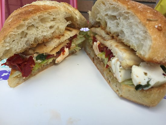 Newton, نيو جيرسي: Grilled Chicken Tuscany Sandwich with Fresh Mozzarella and Sun Dried Tomatoes