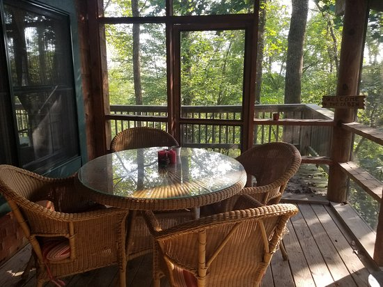 Sugar Grove, OH: screened in porch with very nice dining table next to the hot tub