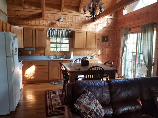 Sugar Grove, OH: Very nice updated and clean kitchen and eating area attached to the living room
