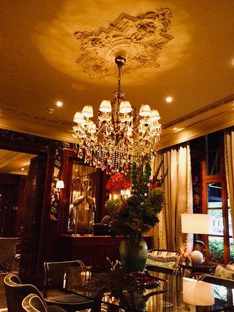 Hotel Estherea: Lovely sitting room off hotel lobby.