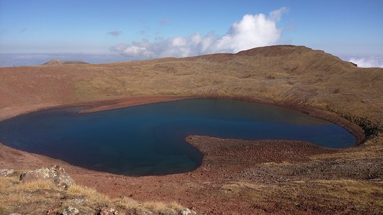 Geghard, Armenien: Summit crater lake