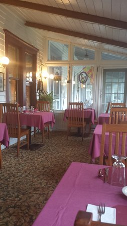 Starlight, Pensilvania: The dining area on the converted porch of the Inn which was built in 1909.
