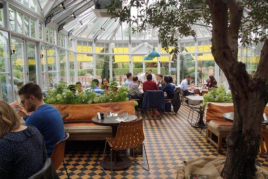 Gee's Restaurant : interior