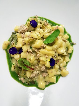 Mongrando, Italia: Gnocchetti con ragù di coniglio e scarola liquida