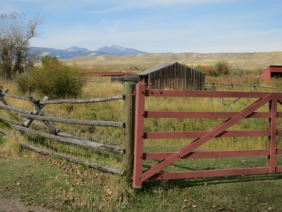 Deer Lodge, Монтана: fences and barns