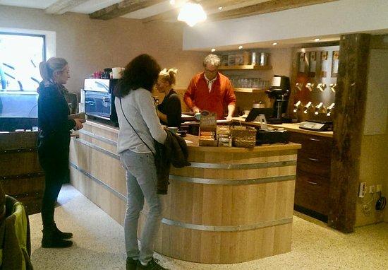 Blaubeuren, Germania: Der Inhaber am Verkaufstresen