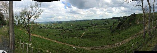 Tuakau, New Zealand: Roadside view of Thunder Cross Motor Cross Park. Tracks and trails depending on experience.
