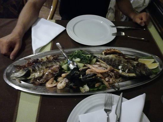 Brodarica, Kroatien: Fischplatte