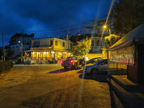 Roussospiti, Grecia: View of the Tavern from the road