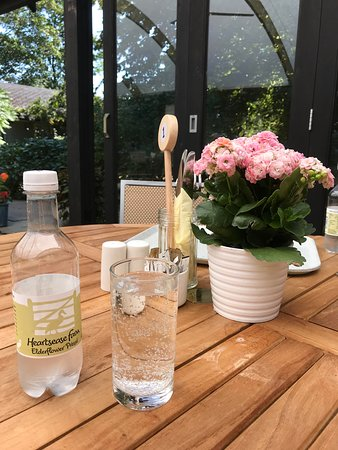Fontwell, UK: Restaurant table with fresh plant