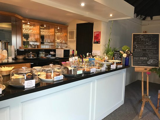 Fontwell, UK: Counter with large selection of home made cakes