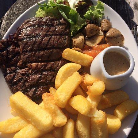 Nuthampstead, UK: Ribeye steak with peppercorn sauce