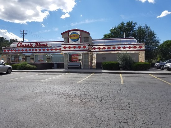Ruidoso Downs, Нью-Мексико: Denny's from the front parking lot